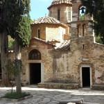 Η Ιερά Μονή Καισαριανής βρίσκεται καλά κρυμμένη στο μέσο μιας καταπράσινης κοιλάδας του Υμηττού εκτάσεως 5.000 στρεμμάτων, μόλις δύο χιλιόμετρα από την ομώνυμη συνοικία των Αθηνών.