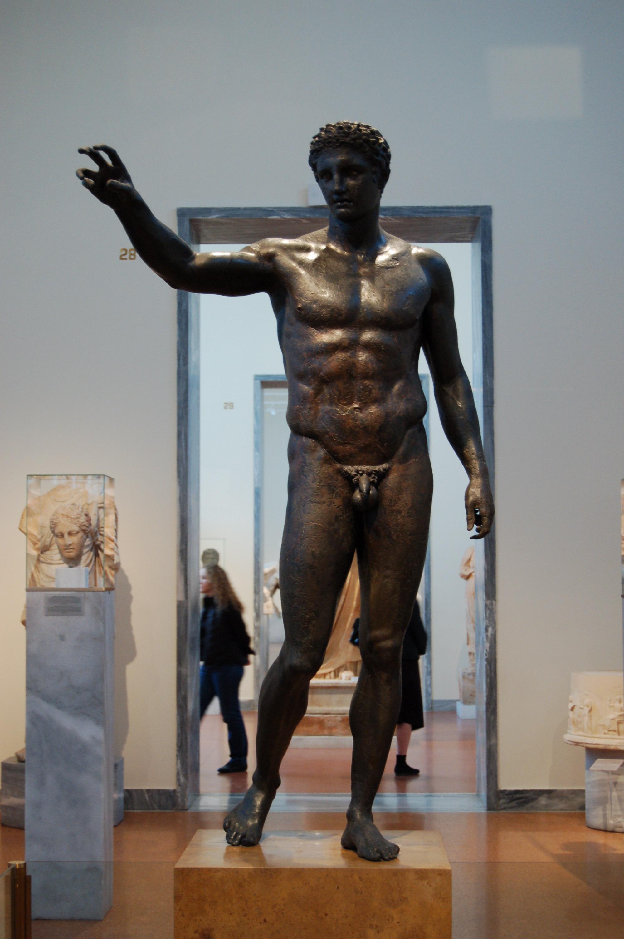 Ο Έφηβος των Αντικυθήρων. Περίτεχνο μπρούτζινο άγαλμα που ανασύρθηκε από το ναυάγιο των Αντικυθήρων. Αναπαριστά είτε τον Πάρι, ο οποίος προσφέρει το μήλο στη θεά Αφροδίτη είτε τον Περσέα, ο οποίος κρατά το κεφάλι της Μέδουσας. Το άγαλμα βρίσκεται στο Εθνικό Αρχαιολογικό Μουσείο..