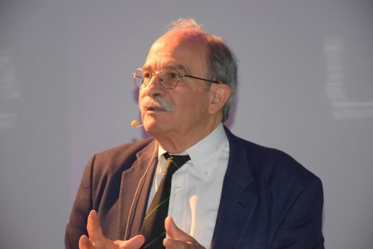 Ο αστροφυσικός Ιωάννης Χ. Σειραδάκης σπούδασε Φυσική στην Αθήνα και έπειτα συνέχισε τις μεταπτυχιακές σπουδές του στο Manchester της Μεγάλης Βρετανίας, όπου ολοκλήρωσε και το Διδακτορικό του στην Ραδιοστρονομία. Εργάστηκε για χρόνια στο Max-PlanckInstitut für Radioastronomie στη Βόννη, στο Πανεπιστήμιο του Αμβούργου και το Πανεπιστήμιο της Καλιφόρνιας στο San Diego, έως ότου επιστρέψει πίσω στην Ελλάδα και στο ΑΠΘ όπου κατείχε την θέση του Καθηγητή στο Τμήμα Φυσικής, και τον τίτλο του Ομότιμου Καθηγητή σήμερα. Έχει συμμετάσχει ως μέλος ή πρόεδρος σε πολλές εθνικές ή διεθνείς επιτροπές και ερευνητικά προγράμματα. Το ερευνητικό και συγγραφικό του έργο είναι πλούσιο και αφορά μεταξύ άλλων τους αστέρες νετρονίων, το κέντρο του Γαλαξία μας και τον Μηχανισμό των Αντικυθήρων.