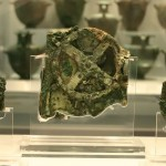 Ο Μηχανισμός των Αντικυθήρων βρέθηκε  τυχαίως, το 1900 μ.Χ., σε ένα αρχαίο ναυάγιο, κοντά στα  Αντικύθηρα, από Συμιακούς σφουγγαράδες, που είχαν αγκυροβολήσει εκεί, λόγω κακοκαιρίας. Από νομίσματα (της Περγάμου) που ανασύρθηκαν από το βυθό, το ναυάγιο χρονολογείται μεταξύ 85 και 67 π.Χ. Από γραφολογικές μελέτες υπολογίστηκε ότι ο Μηχανισμός είχε κατασκευαστεί, πιο νωρίς, το 150 - 100 π.Χ.