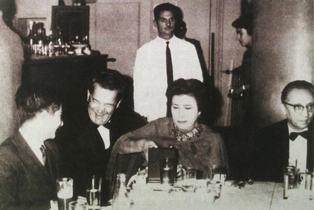Η μεγάλη ηθοποιός Κατίνα Παξινού με τον Φ. Φίνο και τον Παντελή Ζερβό.