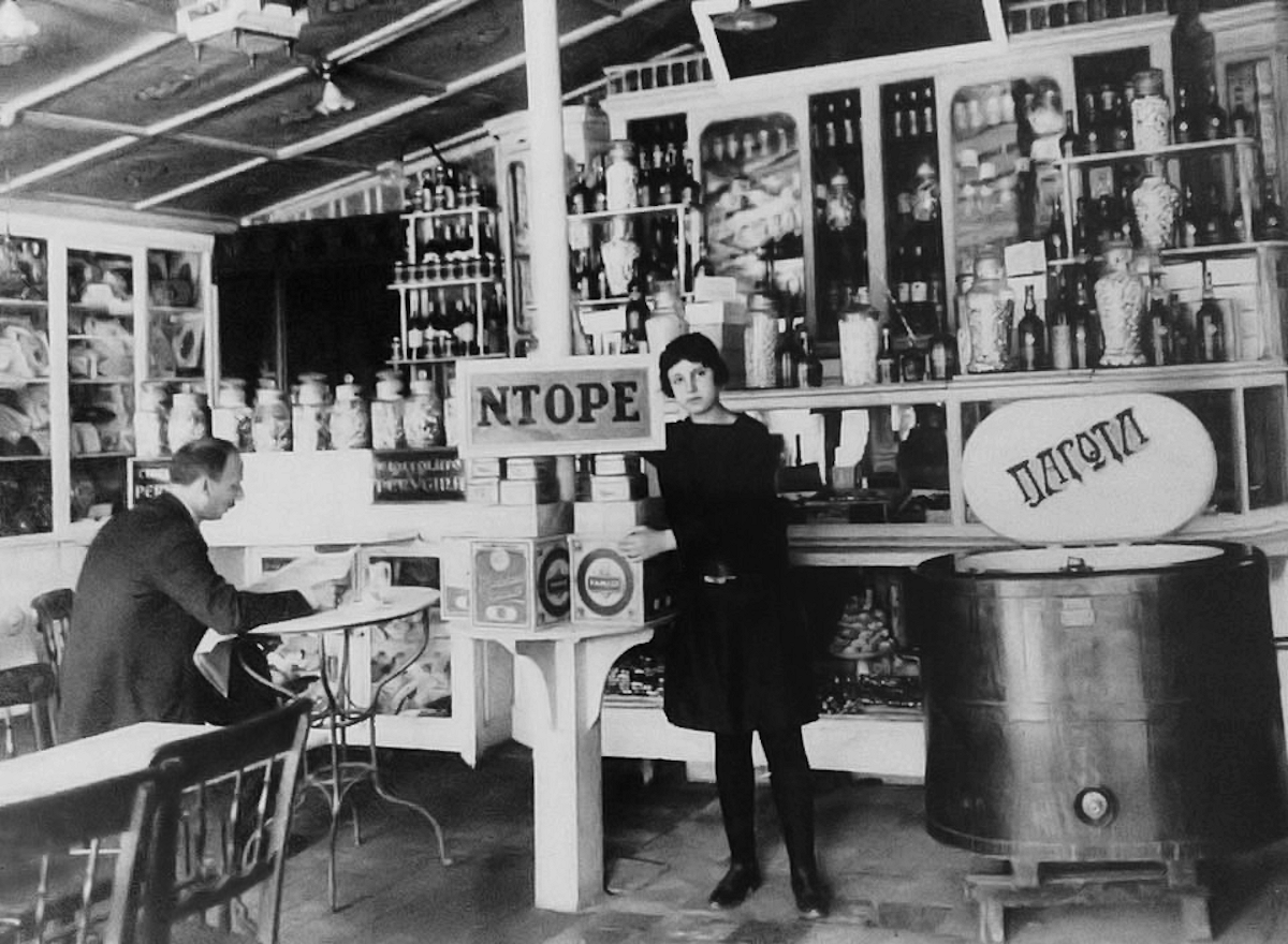 Το 1908 το «Ντορέ» ιδρύθηκε στην οδό Εθνικής Αμύνης (σήμερα Αλεξάνδρου Σβώλου).