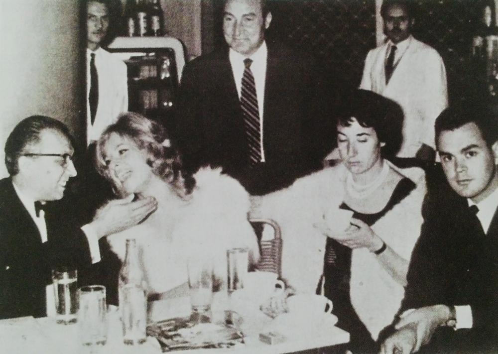 """Ο Φ. Φίνος και η Αλίκη Βουγιουκλάκη. Στο κέντρο ο Τάκης Ξεφτέρης, ιδιοκτήτης-διευθυντής του """"Ντορέ""""."""