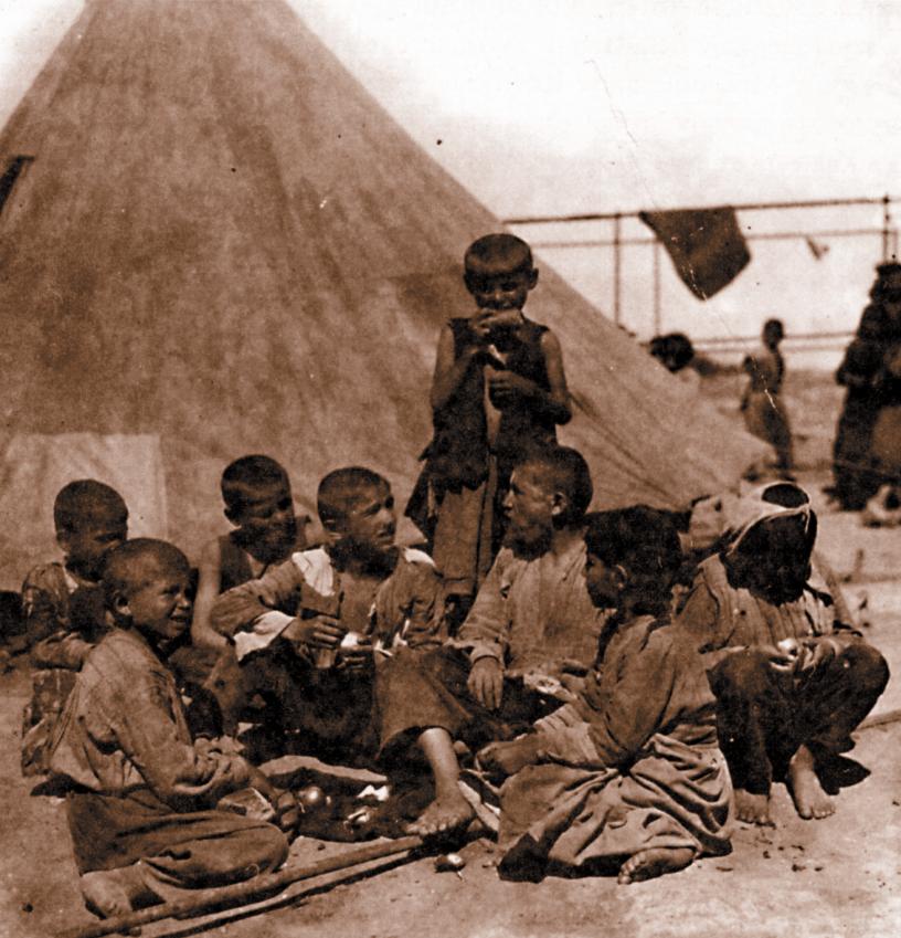 Προσφυγόπουλα έξω από την σκηνή του καταυλισμού τους(1925)(φωτ.Αρχ.Μουσείο Μπενάκη)