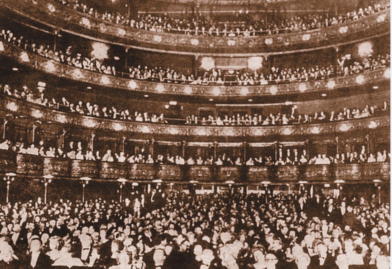 Το θέατρο της Σμύρνης στην εποχή της δόξας του.Ένα υπερσύγχρονο θέατρο , που θα το ζήλευαν ακόμα και τα σημερινά . Φυσικά ,κάηκε κι αυτο στην καταστροφή της Σμύρνης . Οι Τούρκοι δεν χρειάζονταν θέατρα...